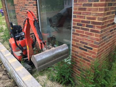 K008 Kuboto mini digger in small space